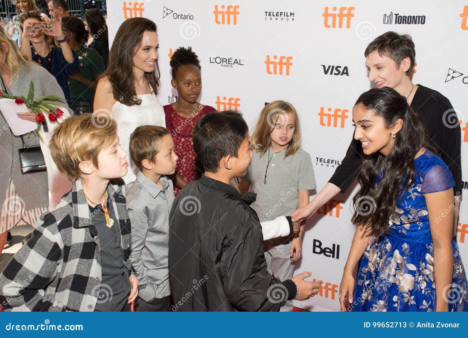 Angelina Jolie met jonge geitjes bij ` de Kostwinner` Première bij Internationaal de Filmfestival van Toronto