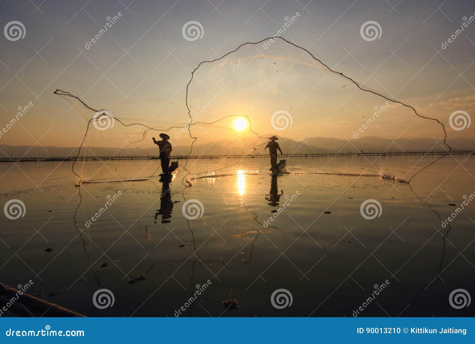 Angeln durch zwei Fischer über dem See