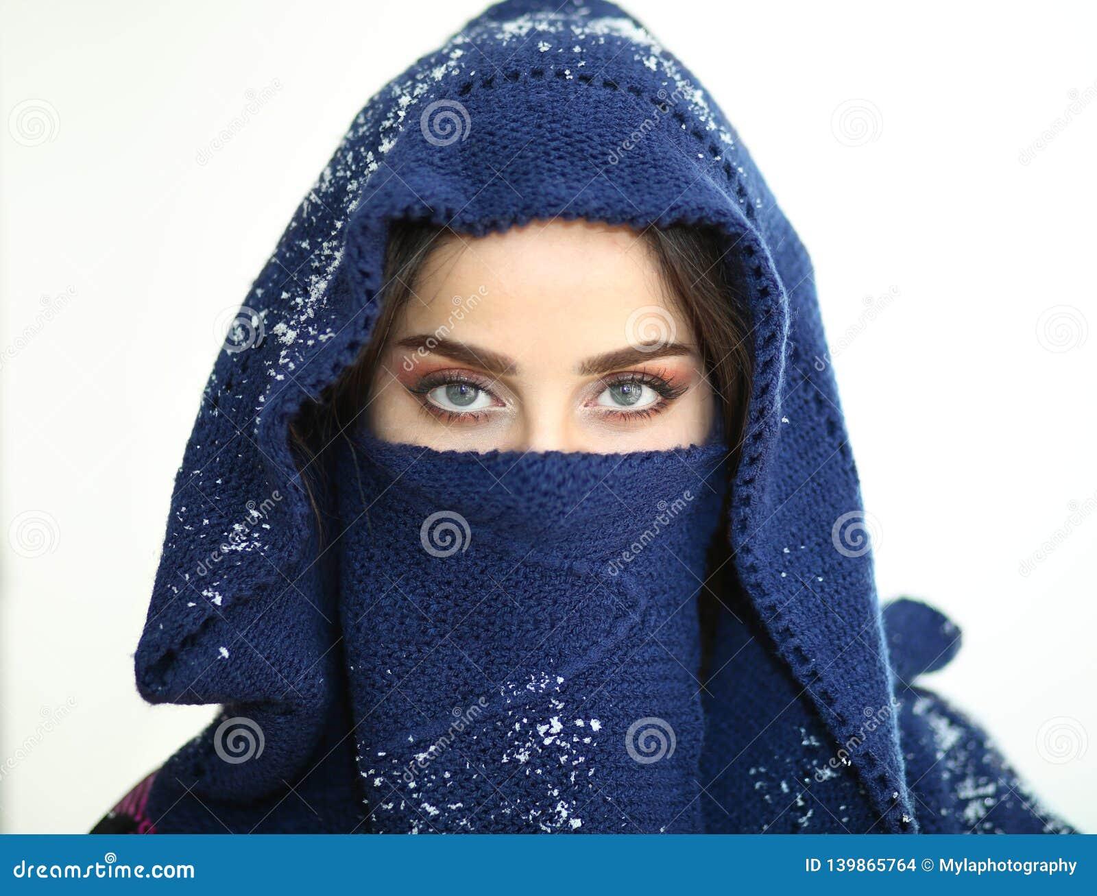 Angelo degli occhi azzurri della neve