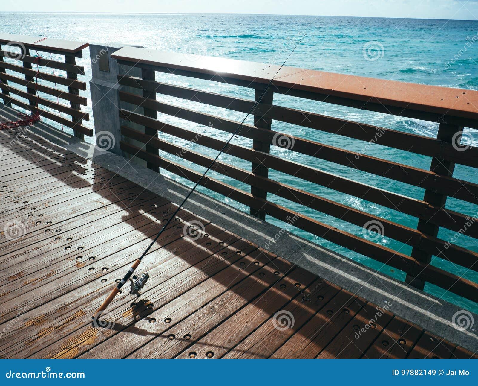 Angelrute auf Pier auf Ozean