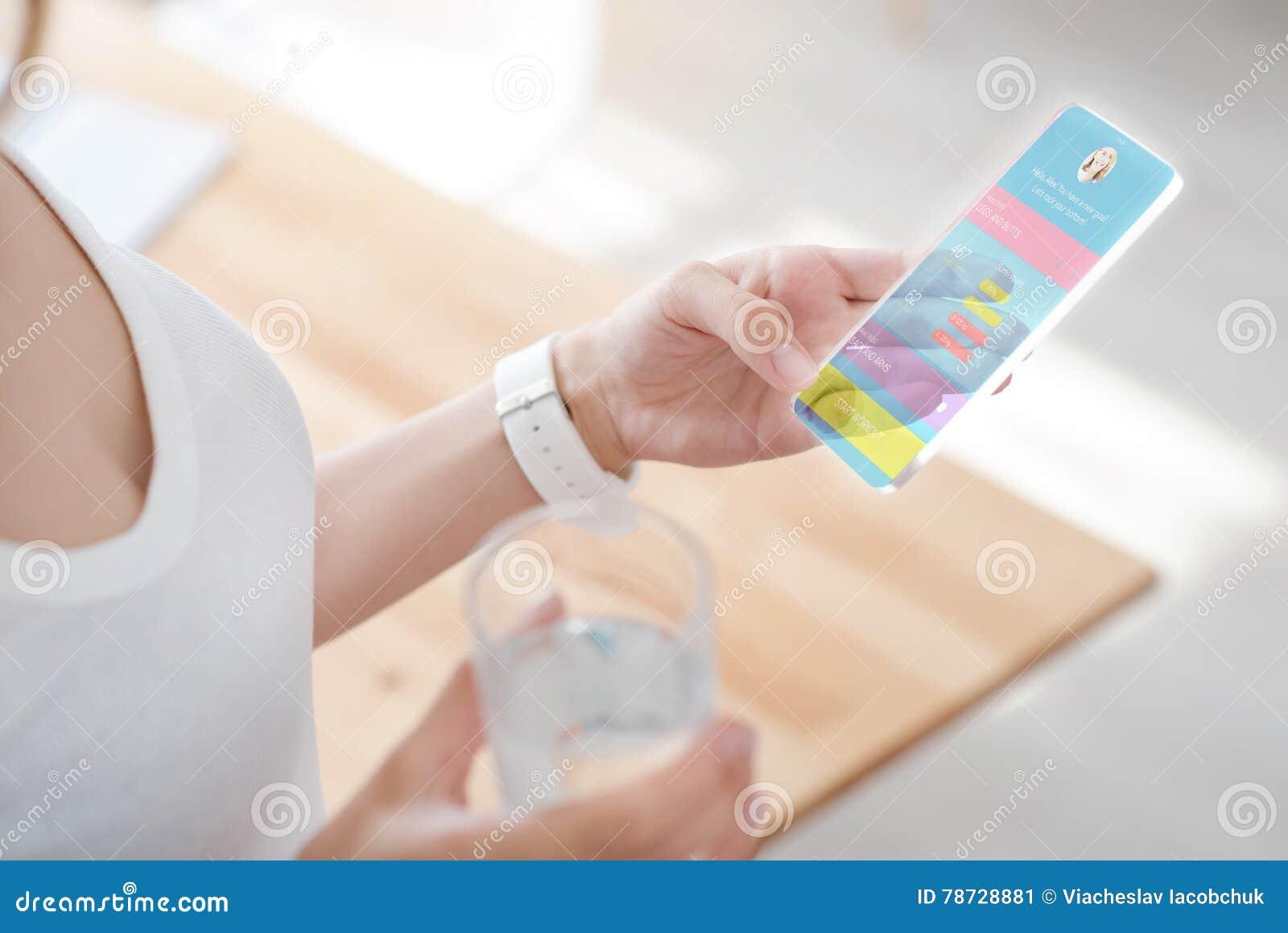 Angenäm kvinna som använder den smarta telefonen