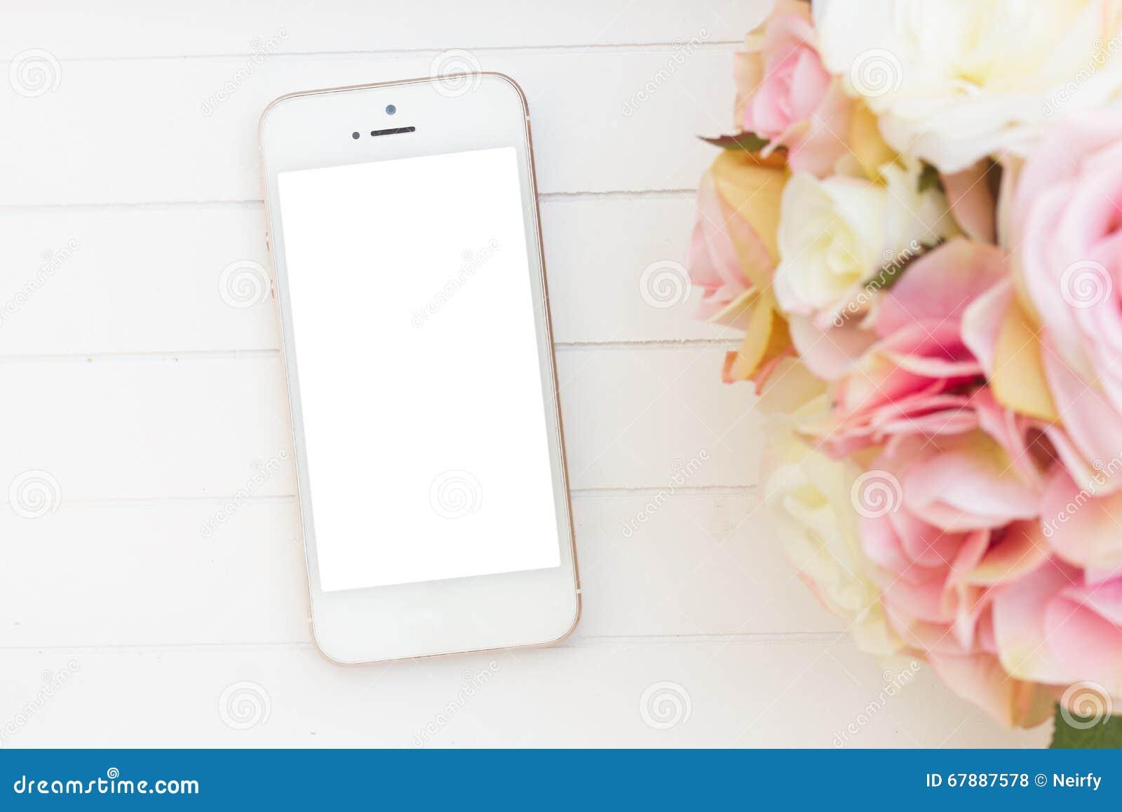 Angeredeter Desktop mit modernem Telefon