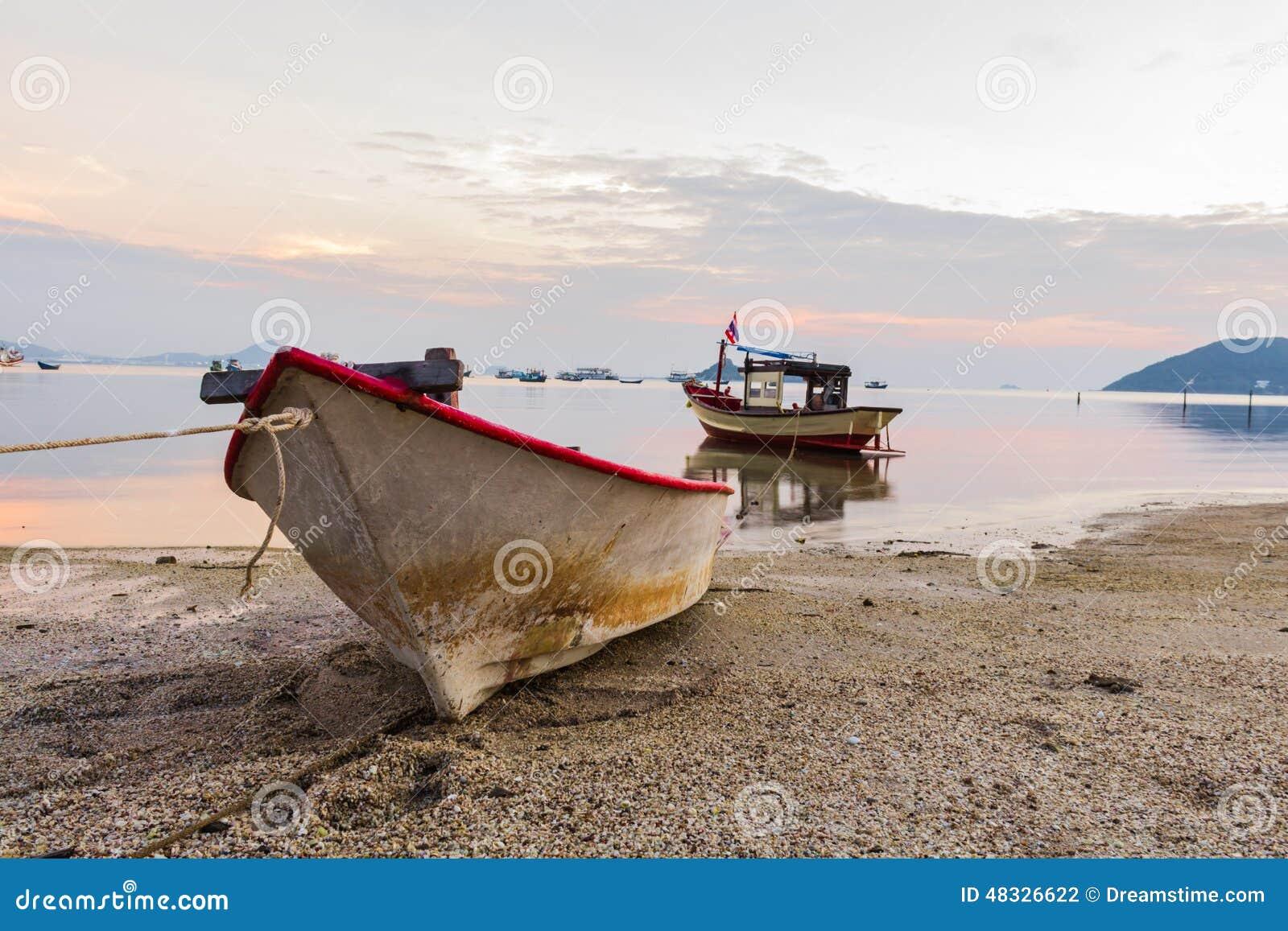 Angeschwemmtes Ruderboot