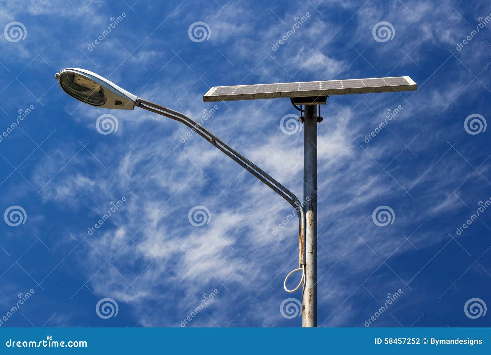 Angetriebenes Straßenlaterne Solar Mit Blauem Himmel Und Wolken ...