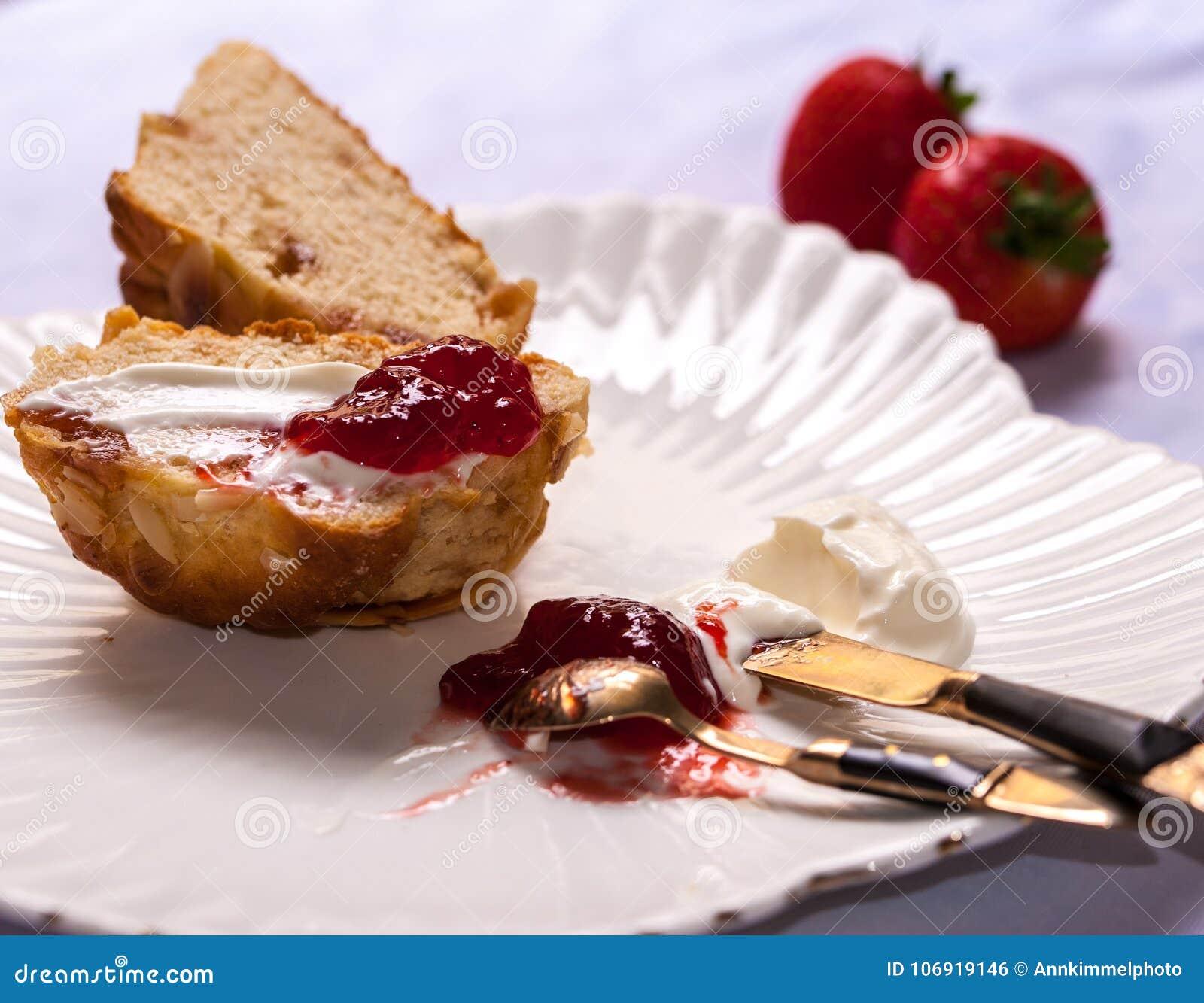 Angielscy scones z zapiekłą śmietanką i truskawkowym s dżemu i świeżego