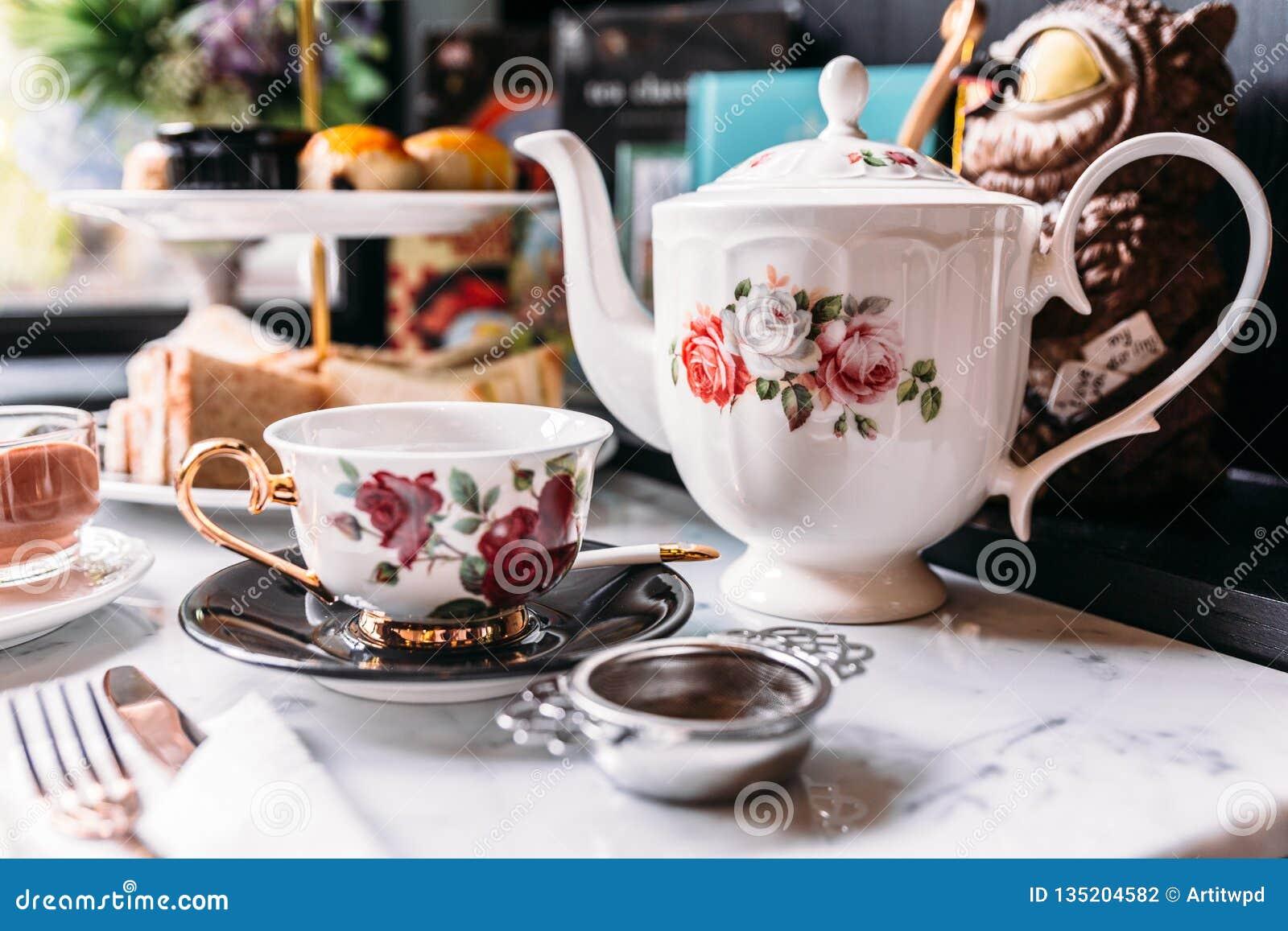 Angielskich rocznik porcelany róż Herbaciani sety wliczając teapot, herbaciana filiżanka, talerz, łyżka i herbata, filtrują