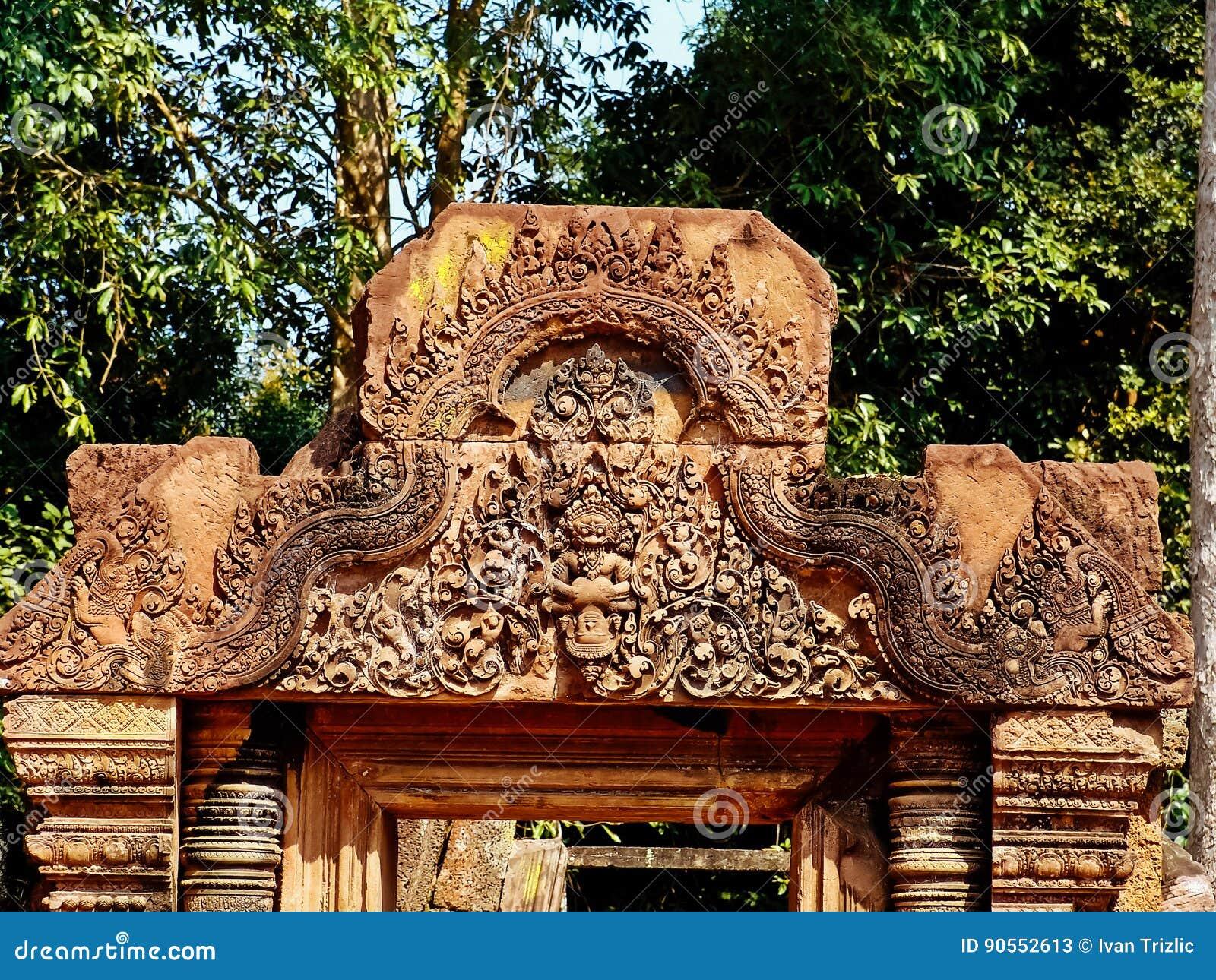 Angkor Vat - beaux découpages, soulagements de bas de temple de Banteay Srei