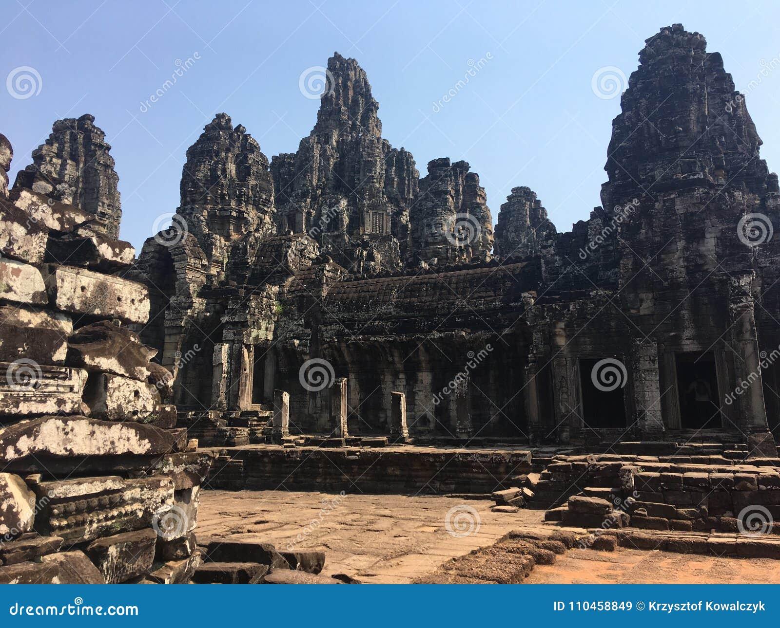Angkor Wat i Siem Reap, Cambodia Forntida fördärvar av templet för den Bayon en khmerstenen