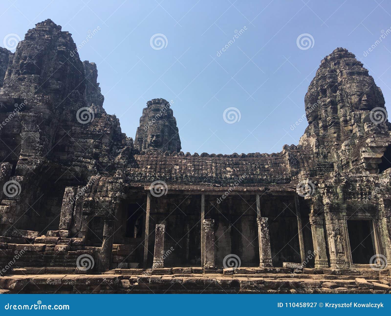 Angkor Wat i Siem Reap, Cambodia Stenframsidor som snidas i det forntida, fördärvar av den Bayon en khmertemplet