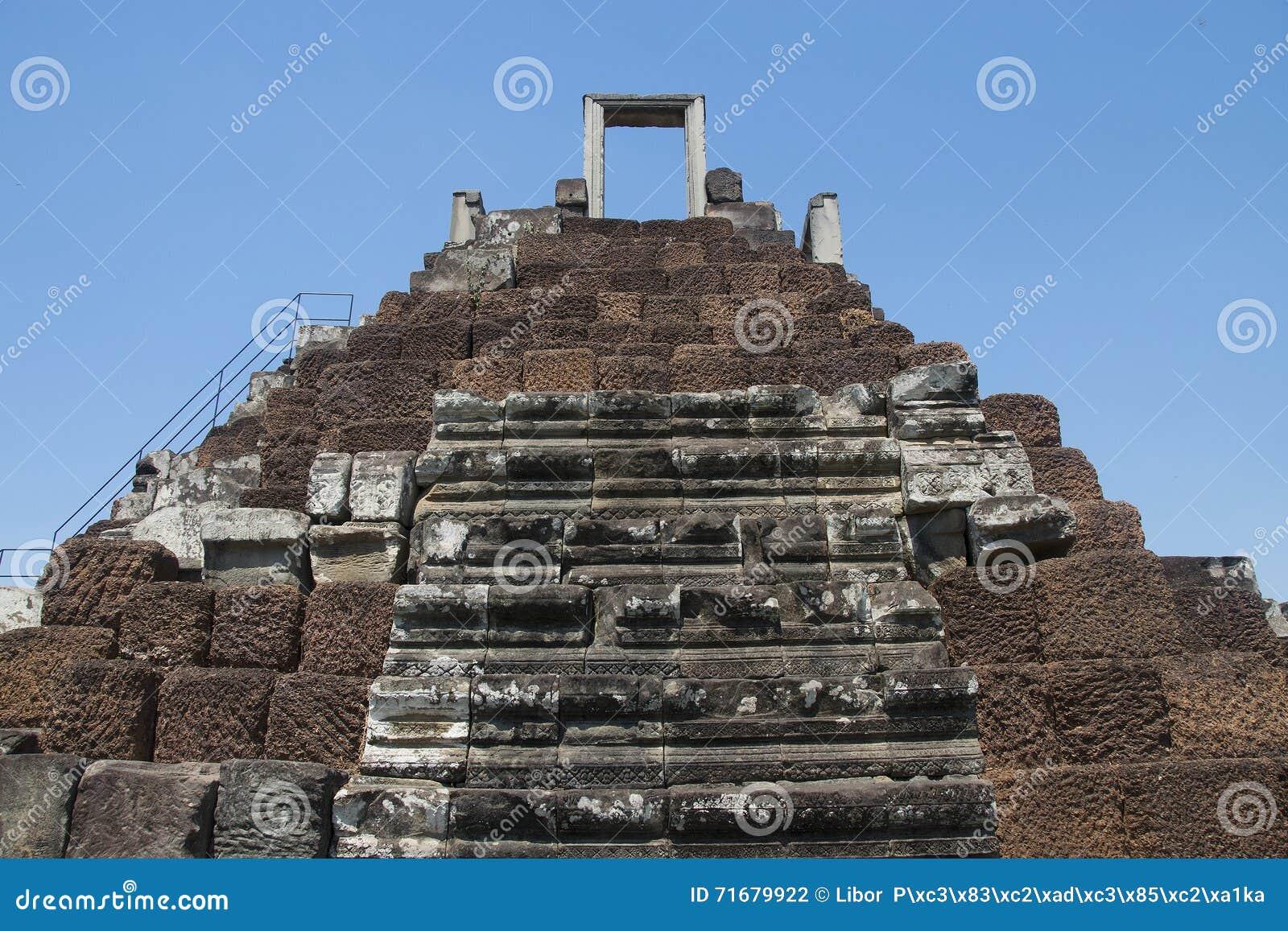 Angkor watt - tempel för Ta Prohm fördärva väggar av en khmerstaden av Angkor Wat - statlig monument
