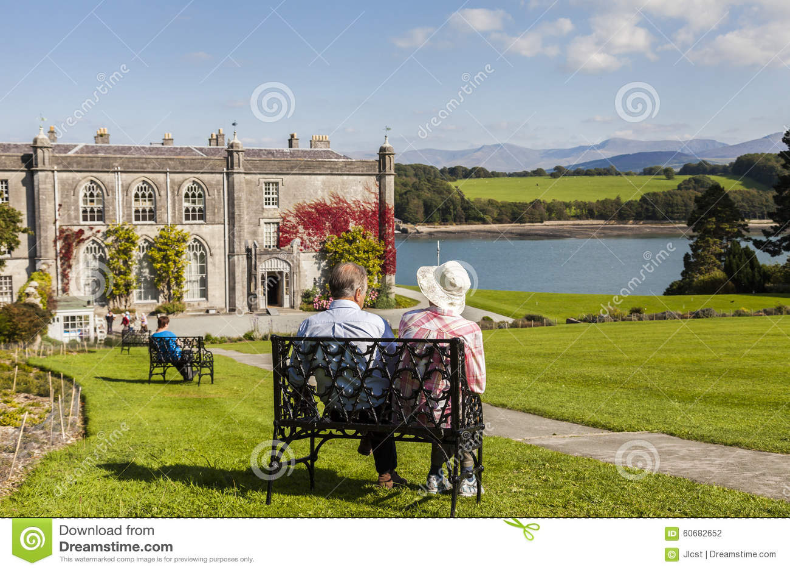 Anglesey, Ουαλία UK 8 Σεπτεμβρίου 2015 Συνταξιούχο ζεύγος που απολαμβάνει τη θέα στο εξοχικό σπίτι και τους κήπους Plas Newydd