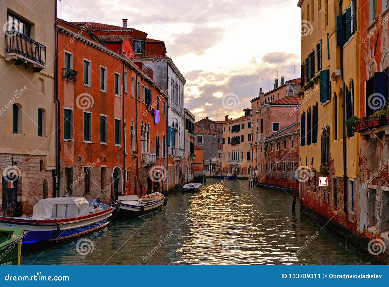 Angoli variopinti di Venezia sul tramonto con le vecchie costruzioni e l architettura, sulle barche e sulle belle riflessioni del