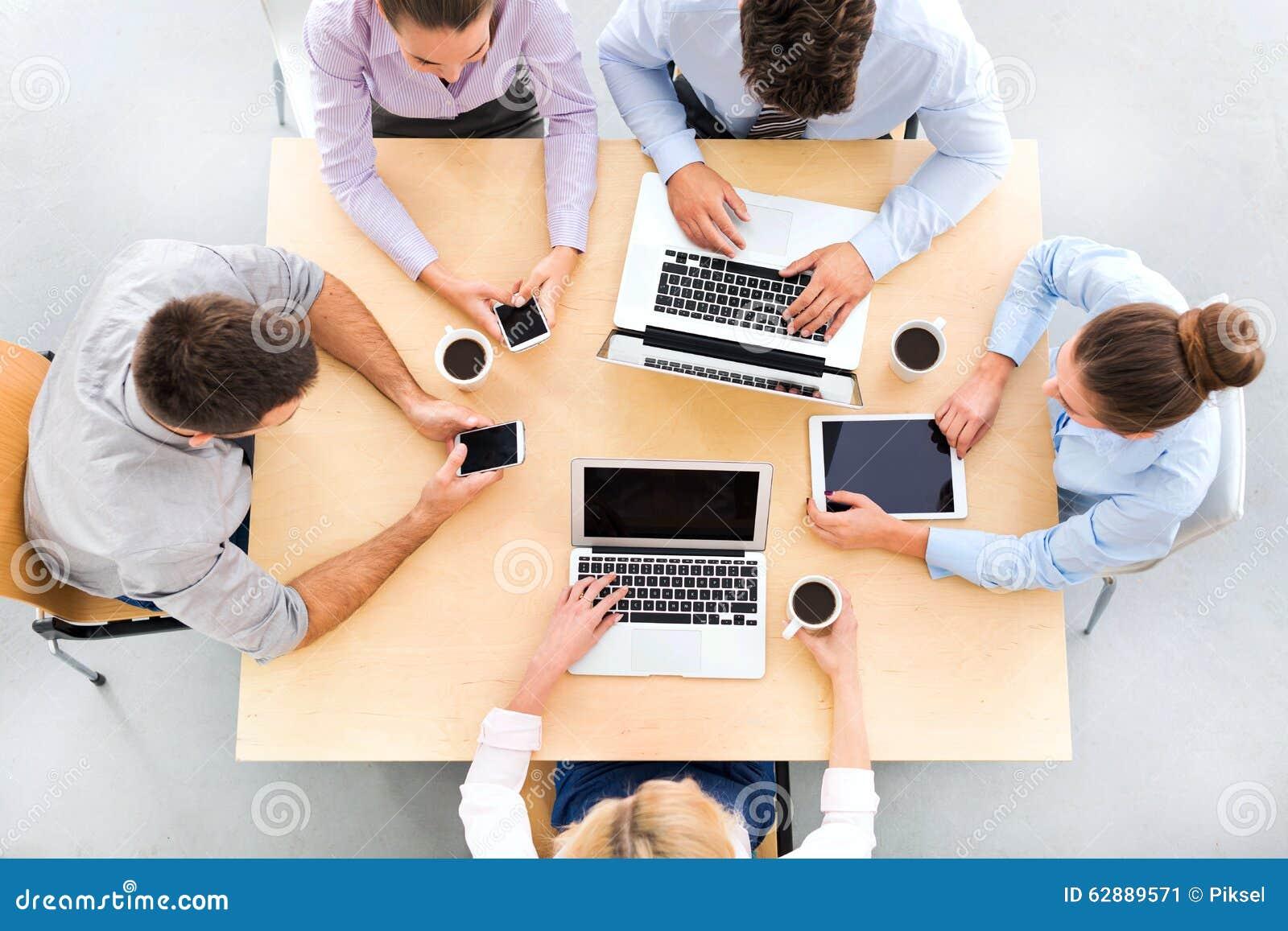 Angolo alto della gente di affari alla tavola