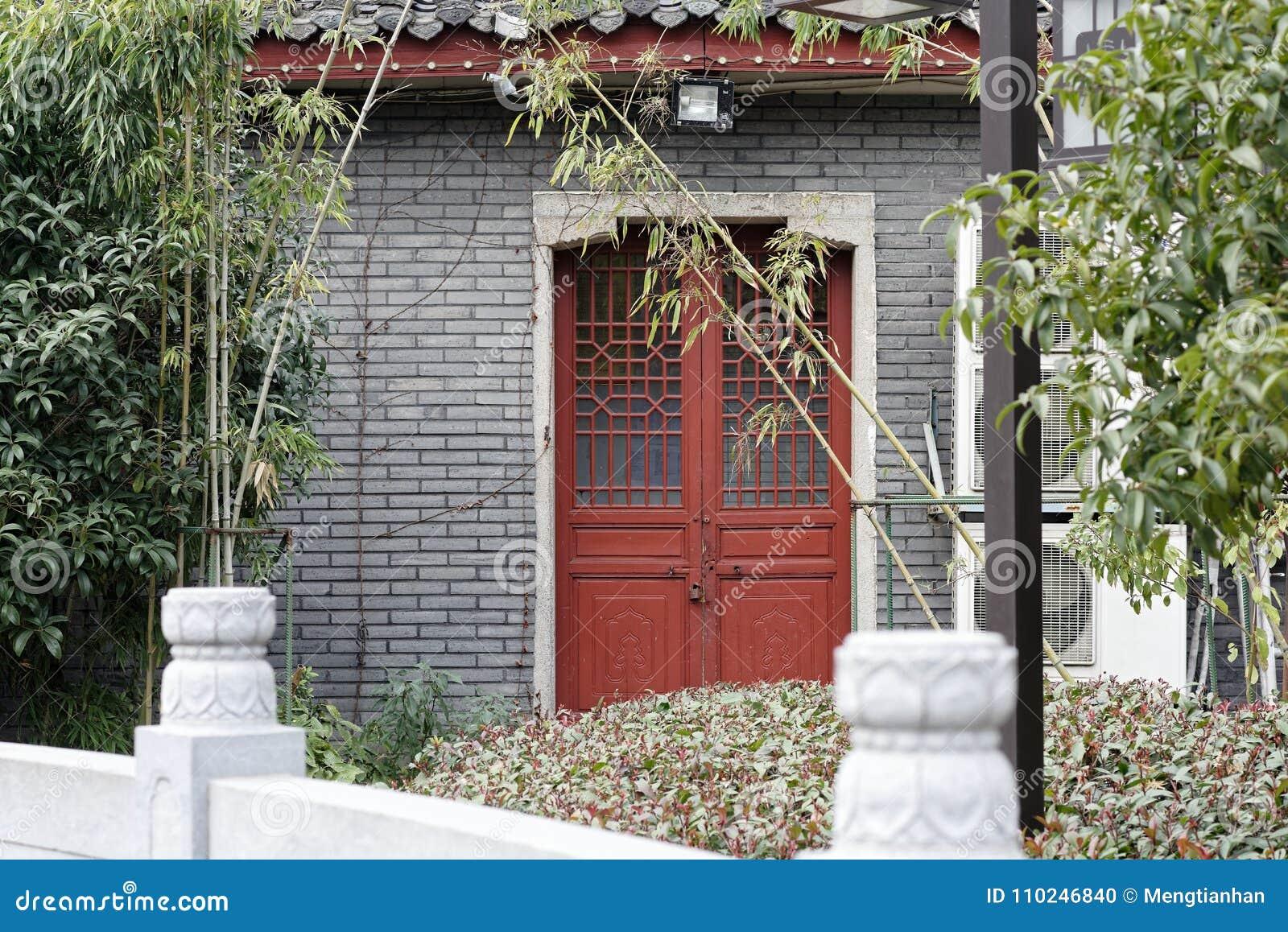 Angolo cinese della porta-Un di intaglio del legno del parco