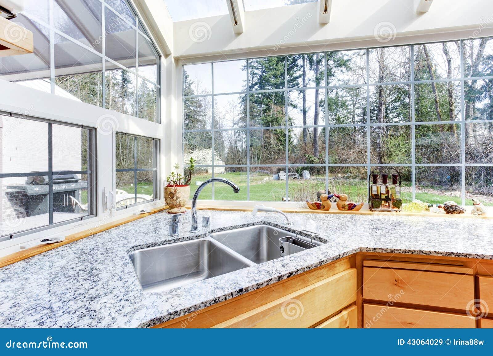 Angolo della cucina con la cima del granito e del - Fregaderos en esquina ...