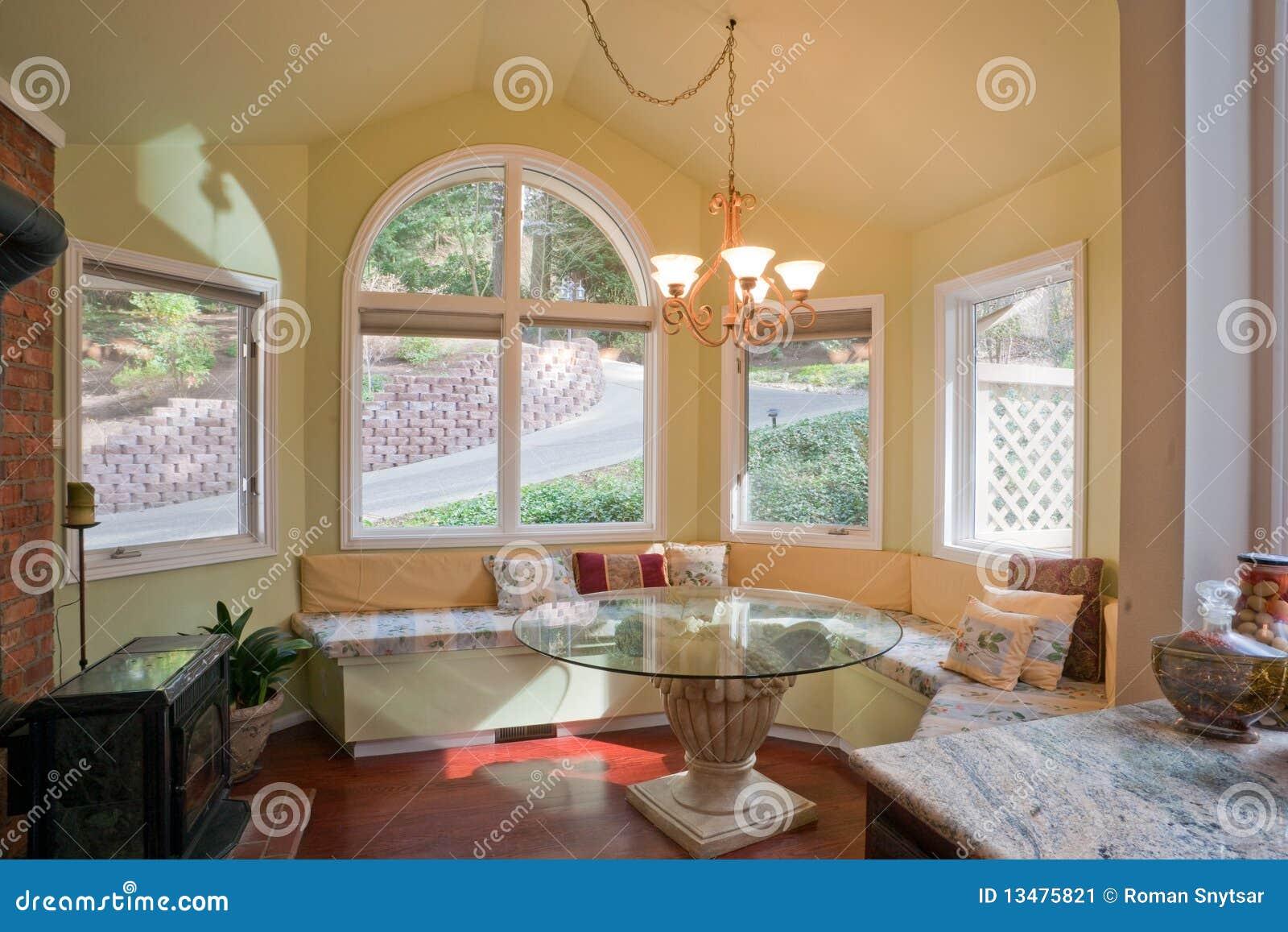 angolo di lusso della cucina con il bovindo immagine stock
