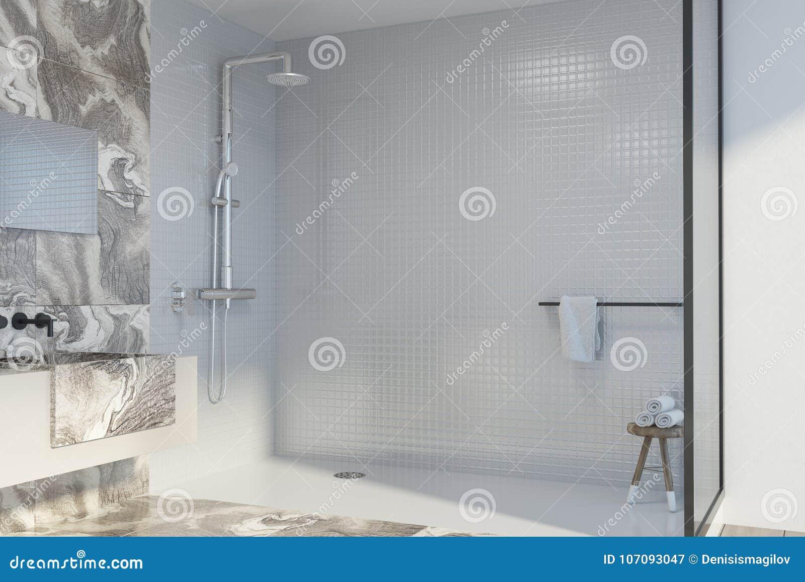Angolo doccia e lavandino di marmo bianchi del bagno