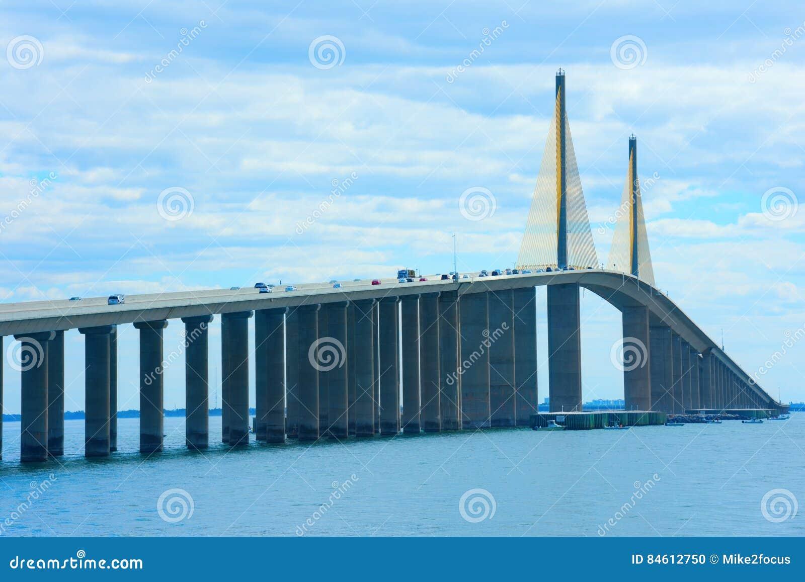 Angolo unico del ponte di Skyway del sole sopra Tampa Bay Florida