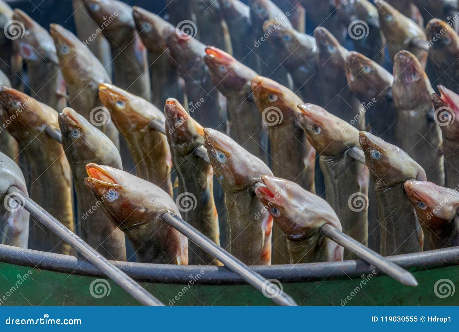 Anguilas ahumadas holandesas tradicionales deliciosas en los pinchos