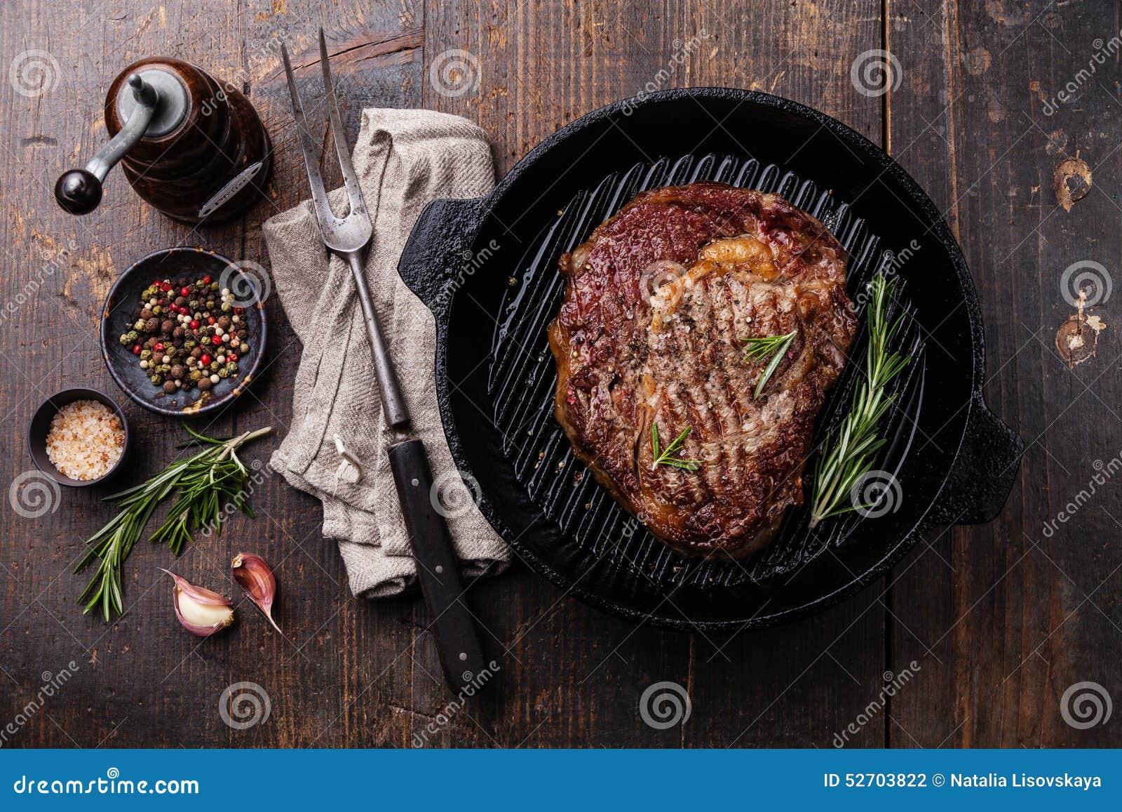Angus Steak grelhado na bandeja da grade
