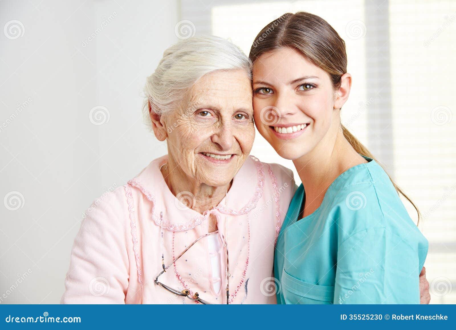 Anhörigvårdare som omfamnar den lyckliga pensionären