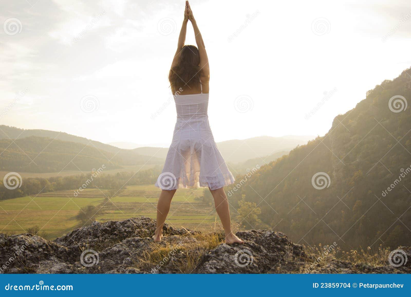 Anheben der Arme, um die Sonne zu grüßen