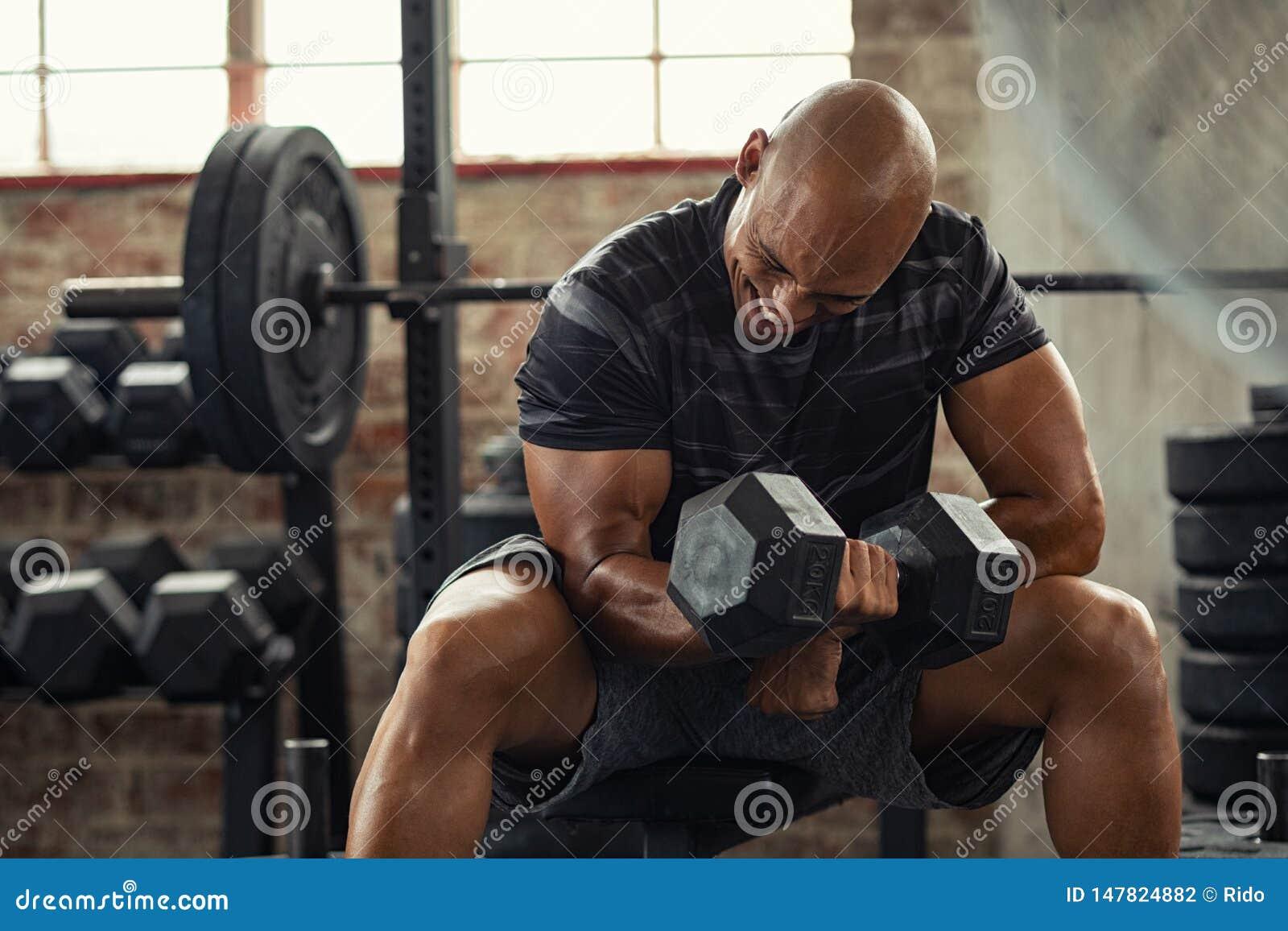 Anhebendes Gewicht des starken Mannes an der Turnhalle