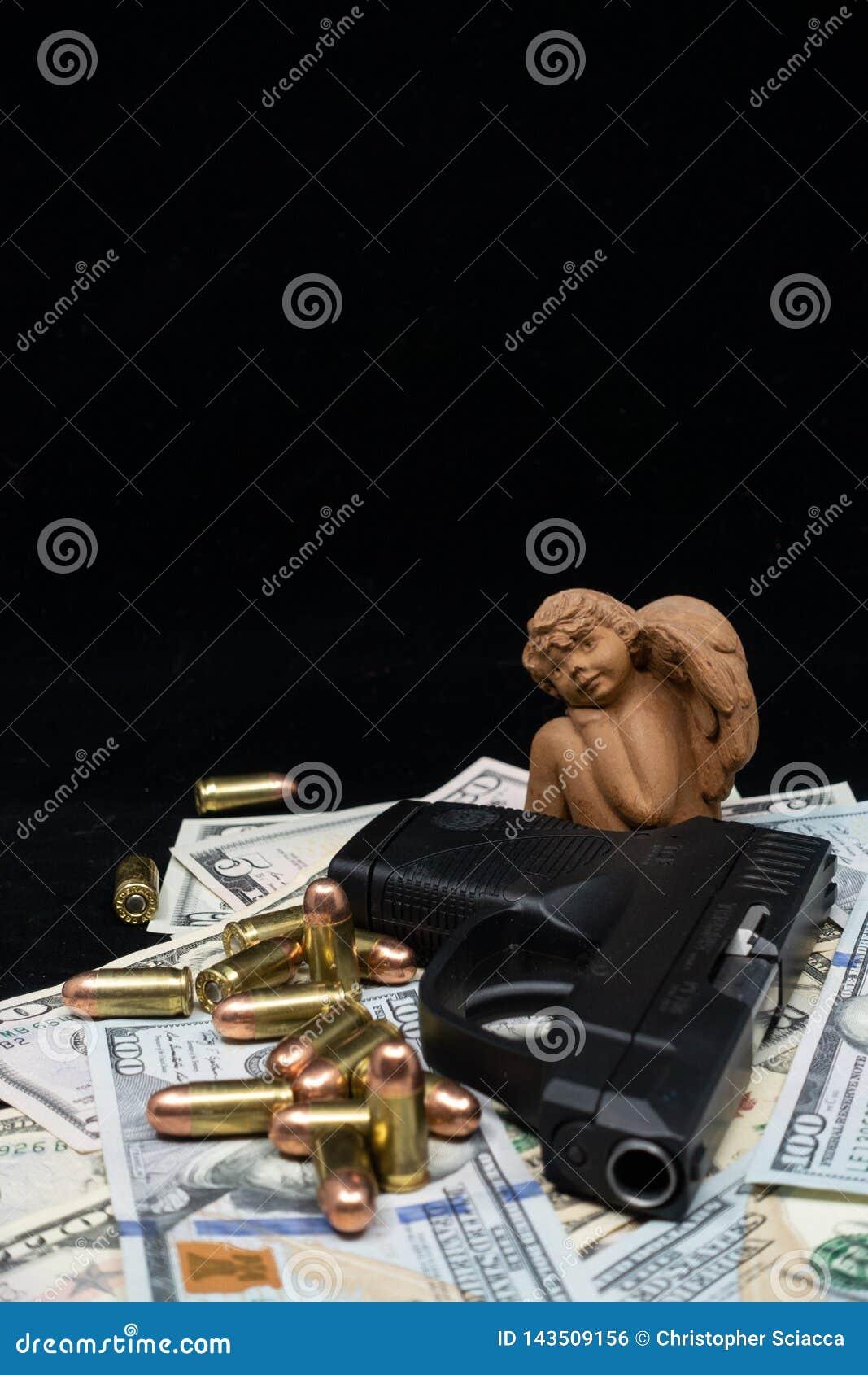 Anielska postać przegapia broń palną i pociski w górę stosu Stany Zjednoczone waluta dalej przeciw czarnemu tłu