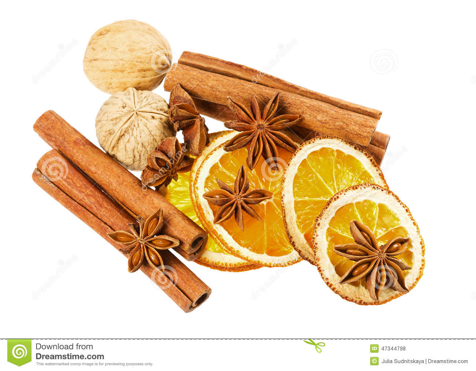 Anijsplantster, pijpjes kaneel, okkernoot en droge die sinaasappel op witte achtergrond wordt geïsoleerd