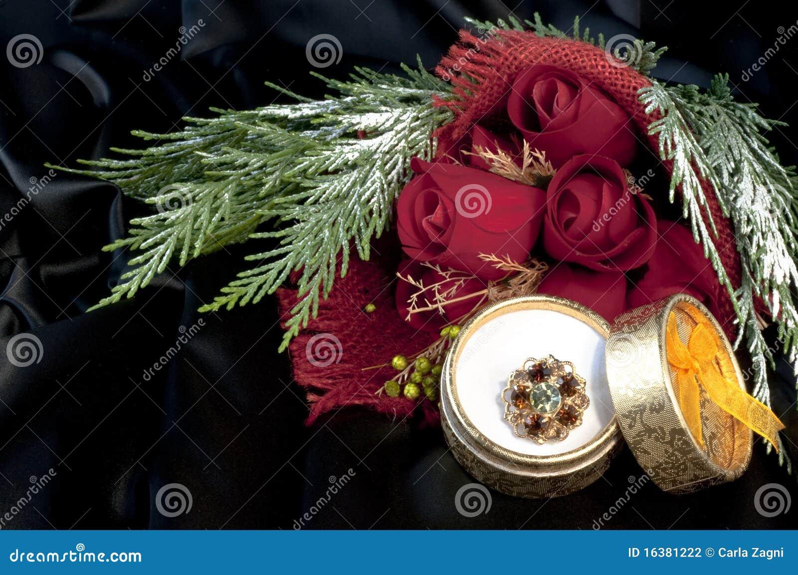 Anillo Con Las Piedras Preciosas Y Las Rosas Rojas Fotografía de