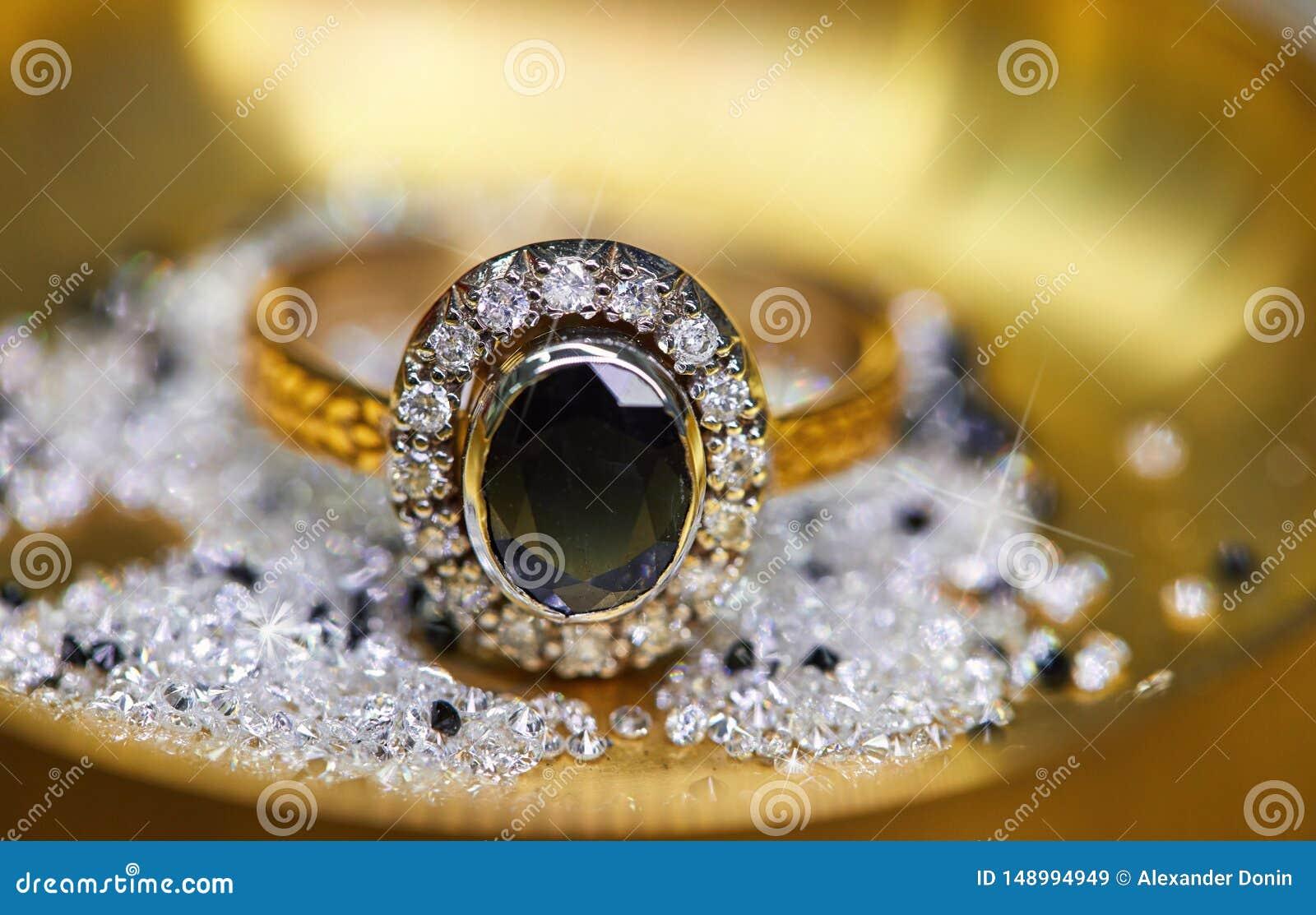 Anillo con los diamantes y el zafiro