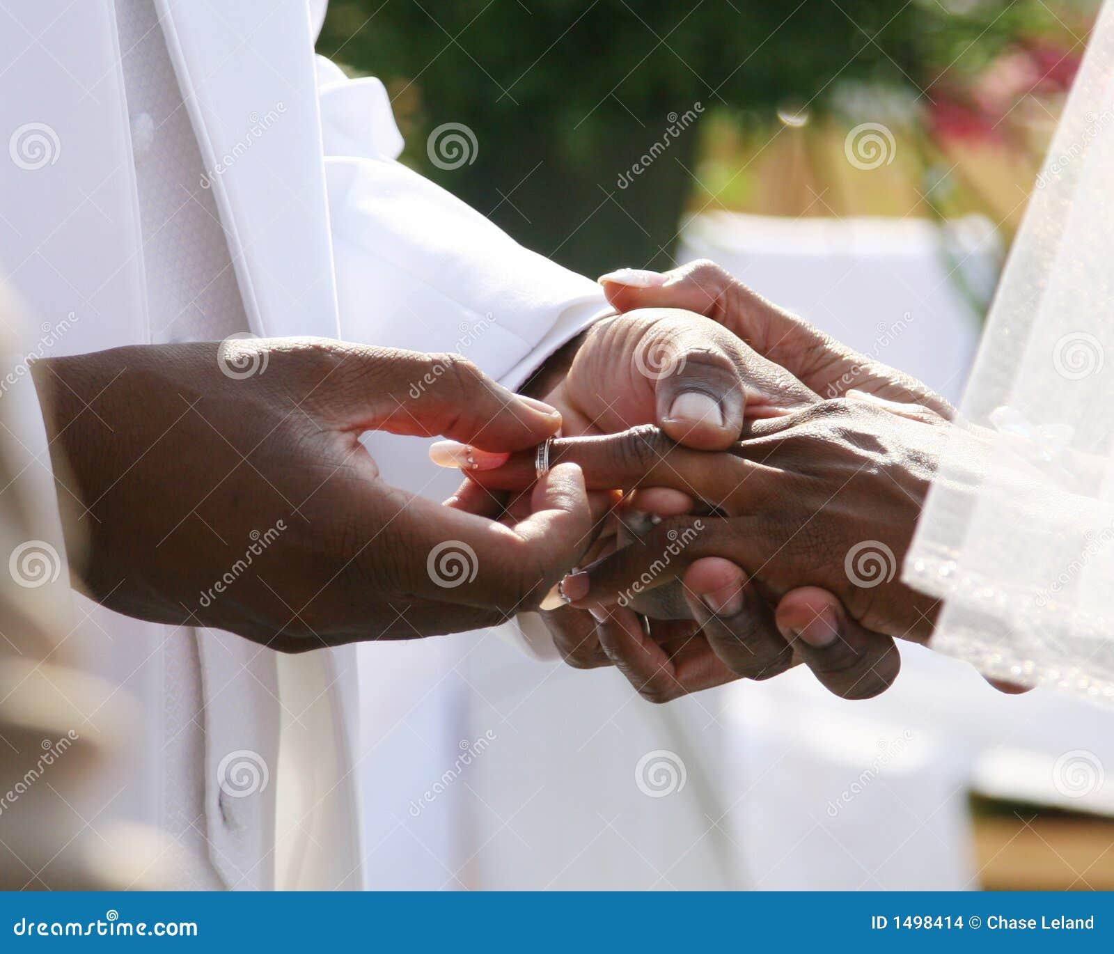 Anillo de bodas en la mano imagenes de archivo imagen 1498414 - Anillo de casado mano ...
