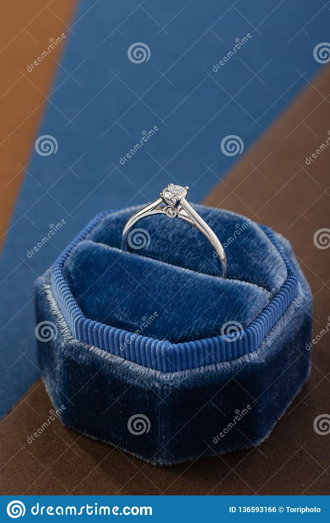 Anillo de compromiso de oro blanco con el diamante en caja azul del anillo del terciopelo del vintage