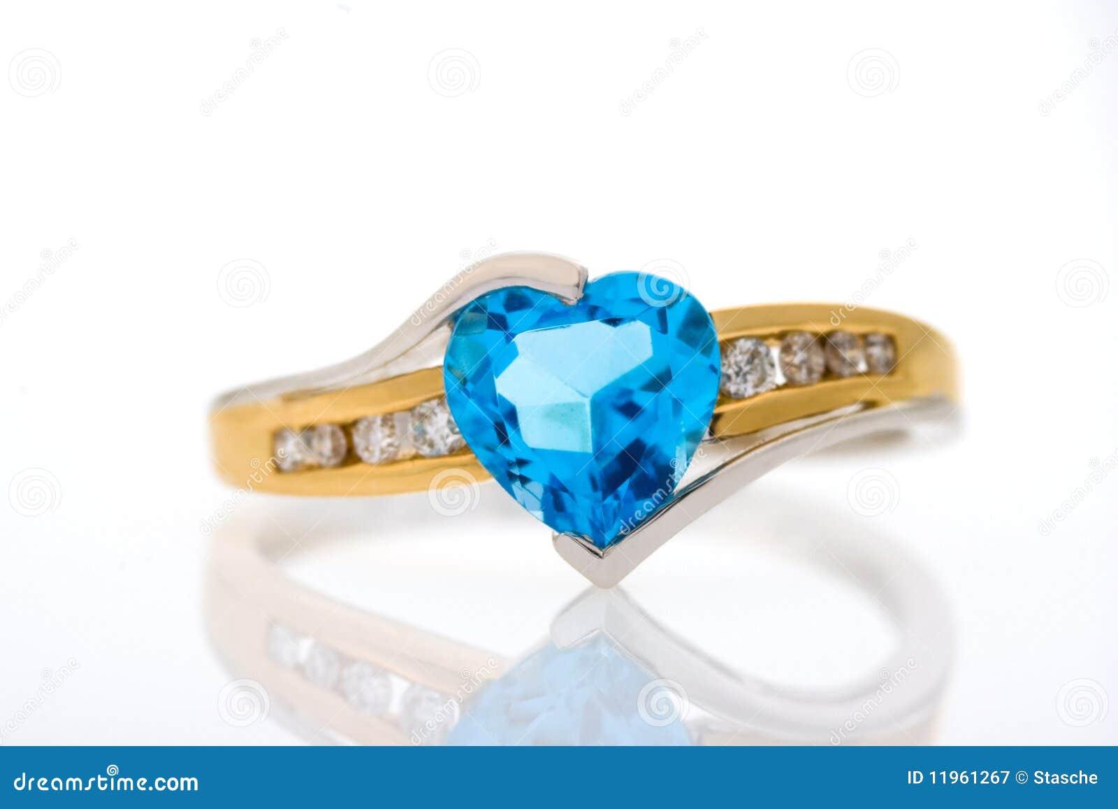 Anillo De Diamantes Del Oro Con El Zafiro Azul En Forma De Corazón ...