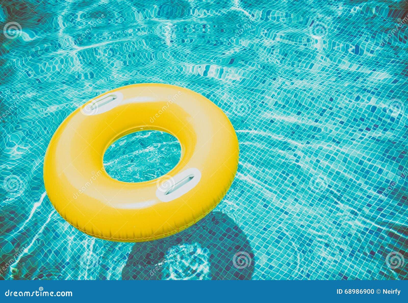 Anillo de goma en piscina