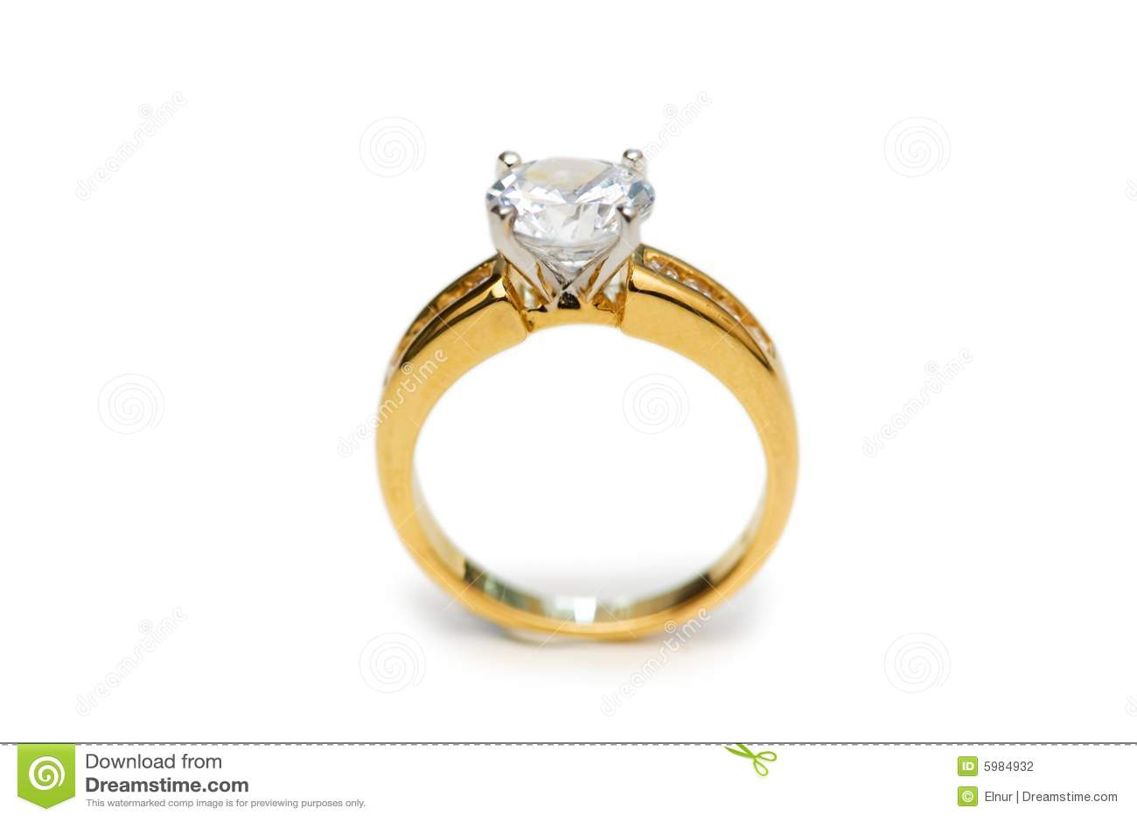 anillo de oro con el diamante aislado en el blanco 5984932