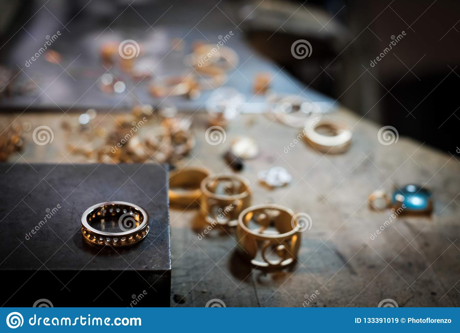 a24af7b8d9f6 Anillo de oro en el banco de trabajo viejo en un taller auténtico de la  joyería