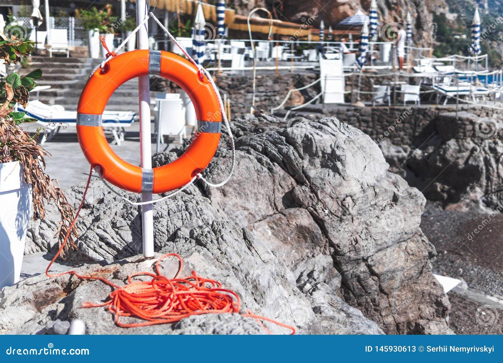 Anillo de vida del salvavidas en la playa de piedra Italia