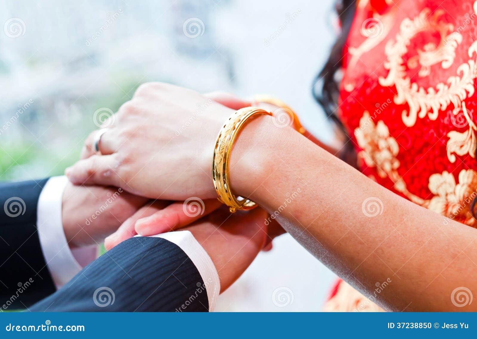 Anillos de bodas del desgaste de novia y del novio