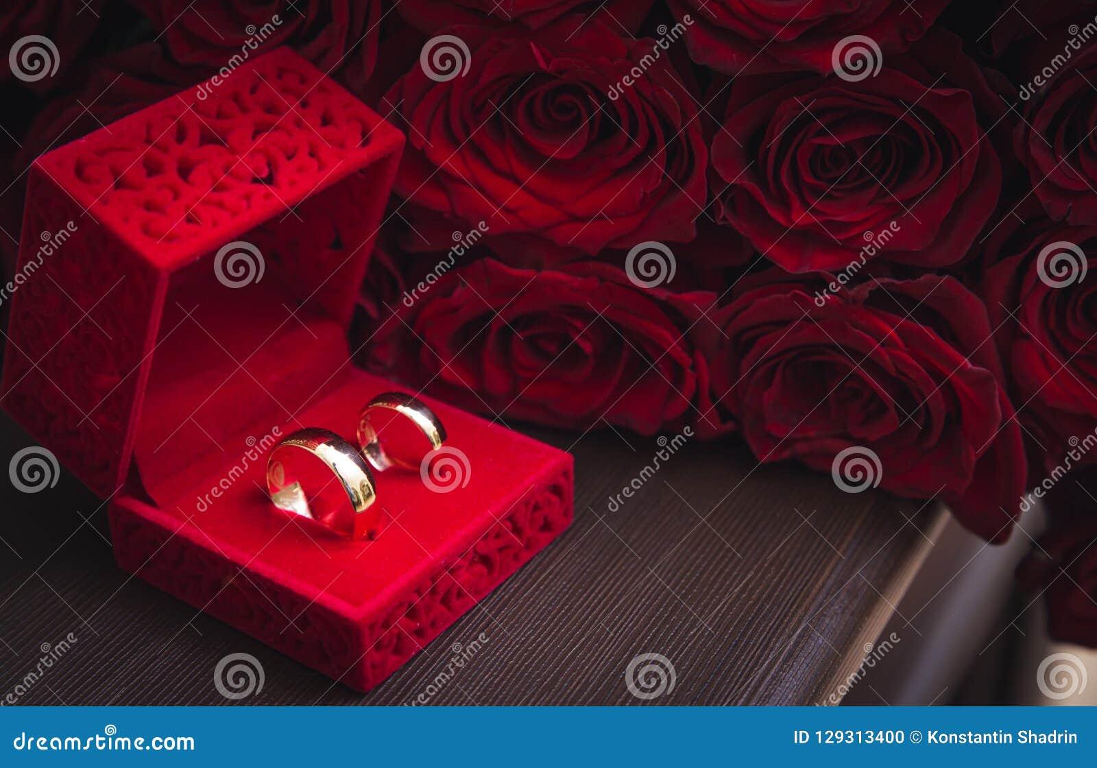 90b4953edb27 imágenes comunes del Anillos De Bodas Y Rosas Rojas - los derechos de la  transferencia directa el 429 liberan las fotos