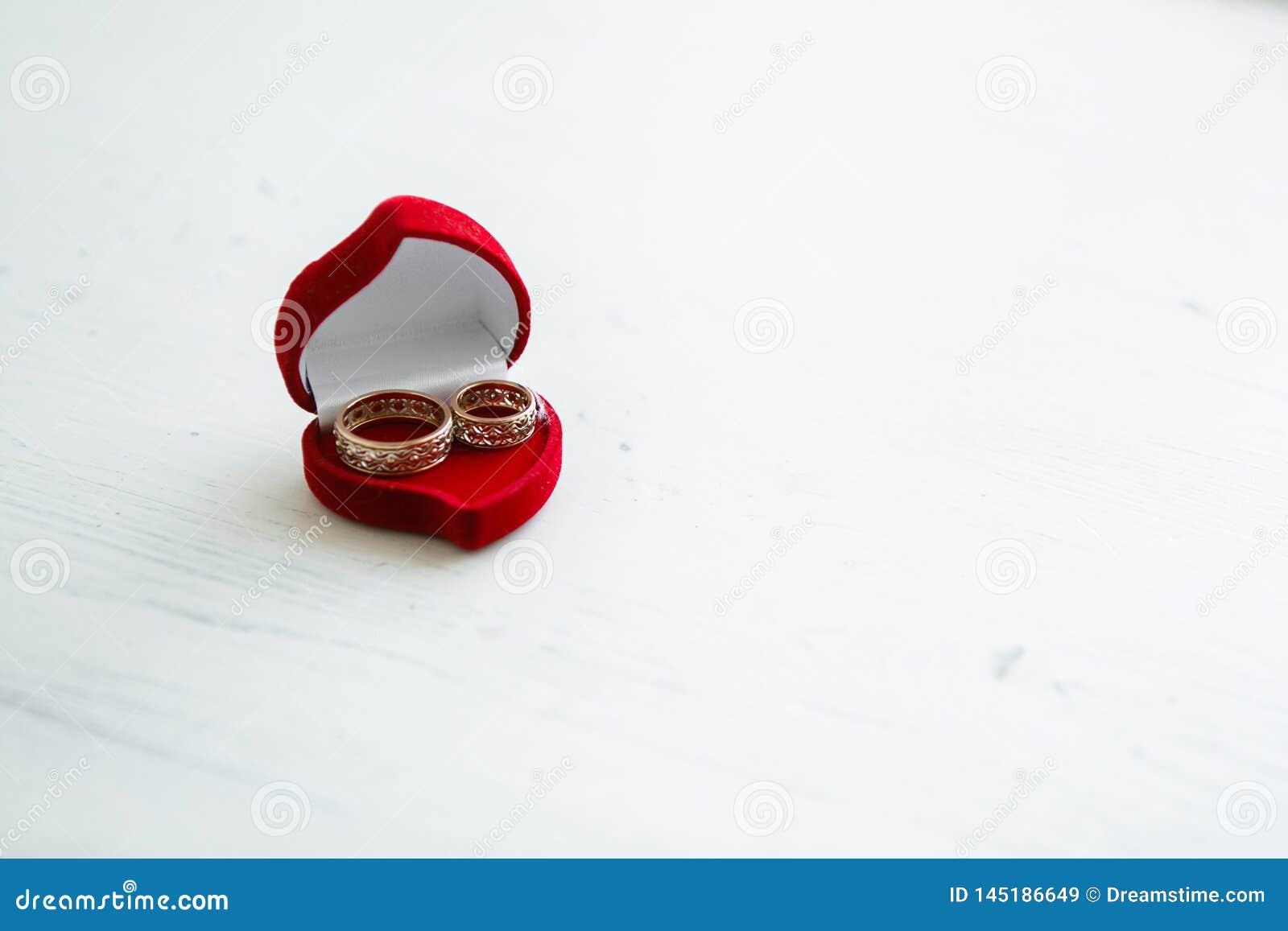 Anillos de bodas en un rect?ngulo rojo