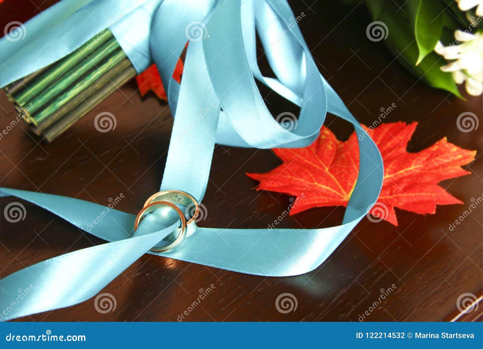 Anillos de bodas en una cinta azul