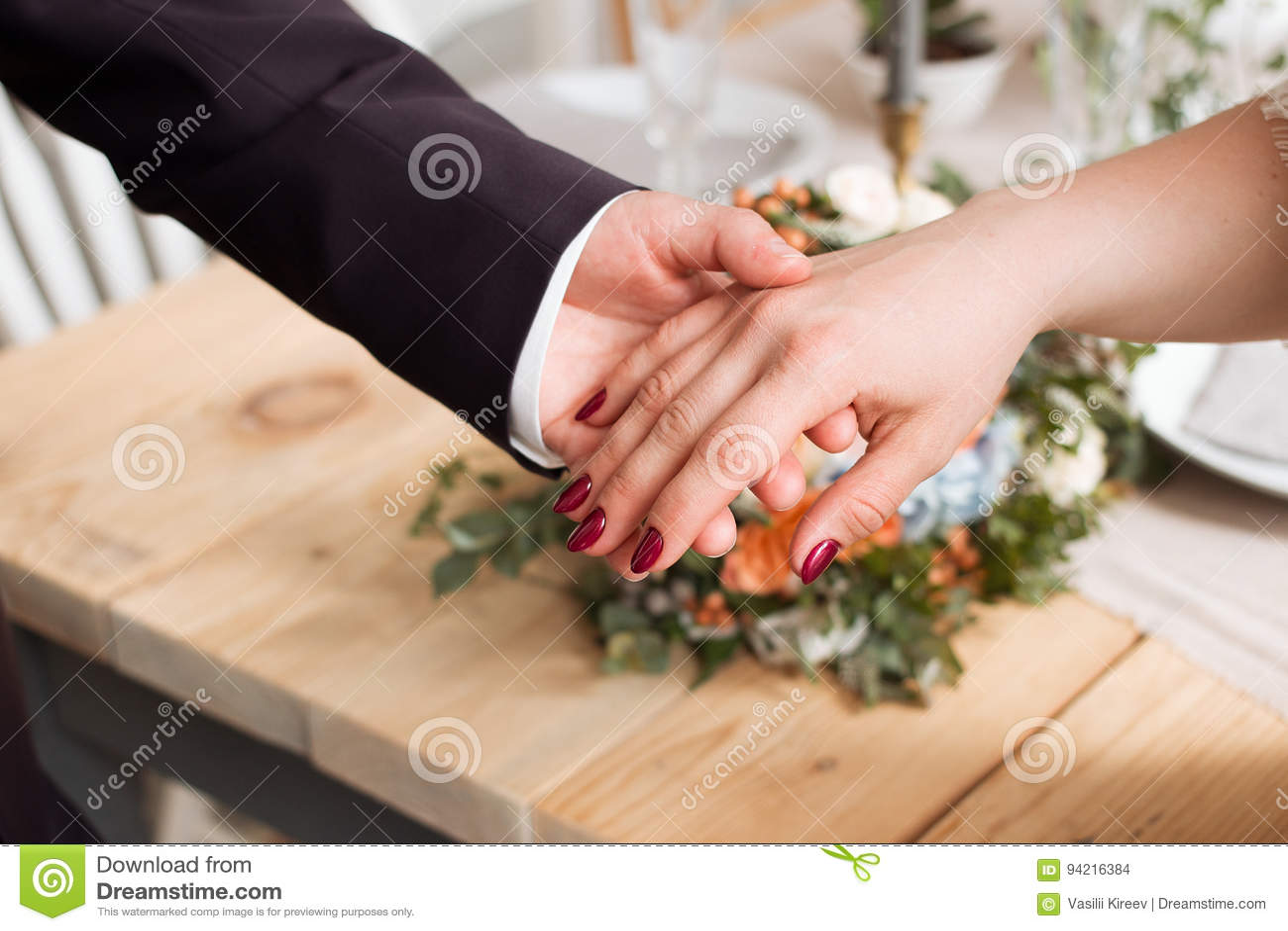 Anillos de bodas y manos de la novia y del novio pares jovenes de la boda en la ceremonia matrimonio Hombre y mujer en amor dos p