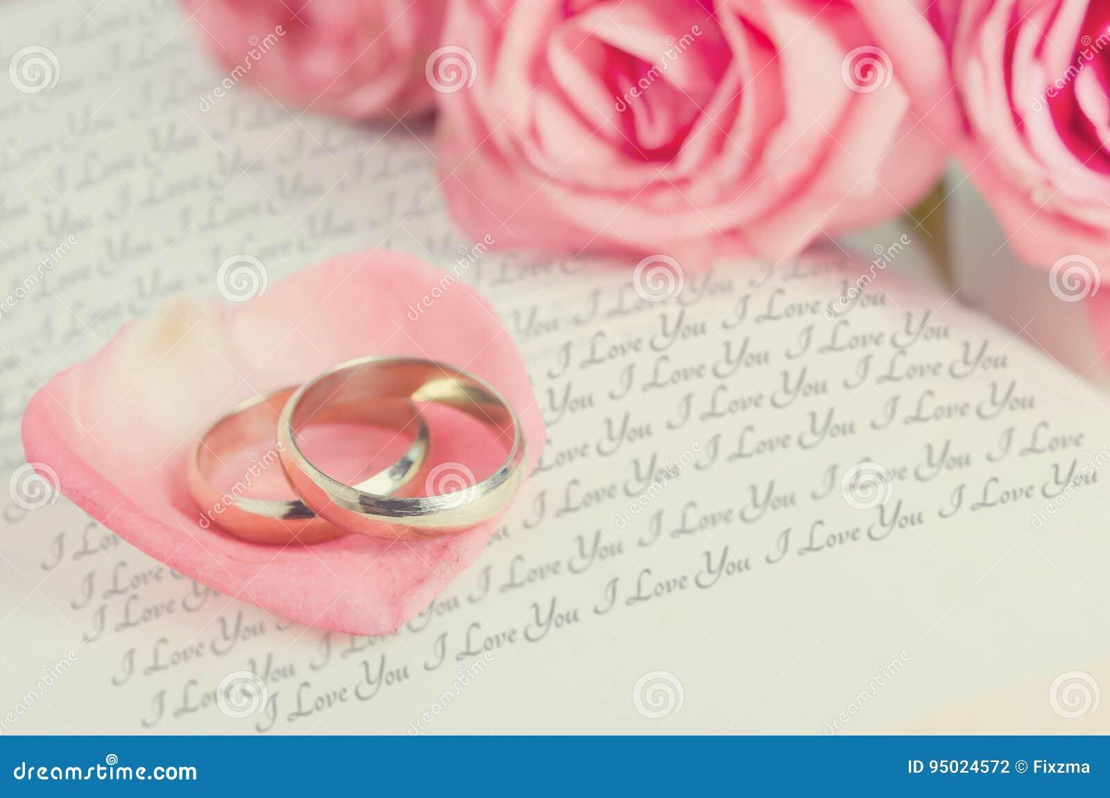 Anillos De Oro En El Pétalo Color De Rosa Rosado En El Libro Abierto ...