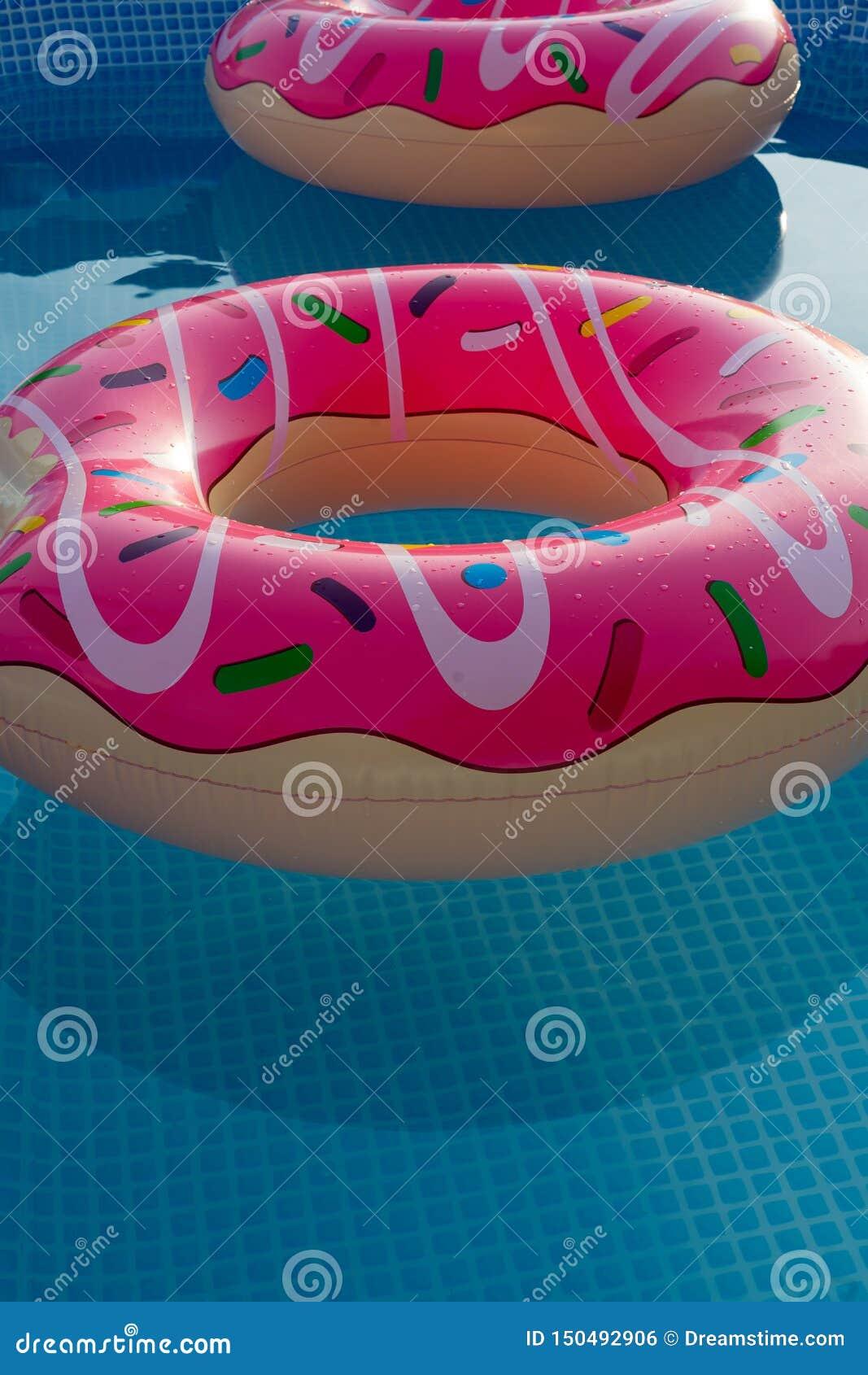 Anillos inflables en la piscina de la casa para los niños