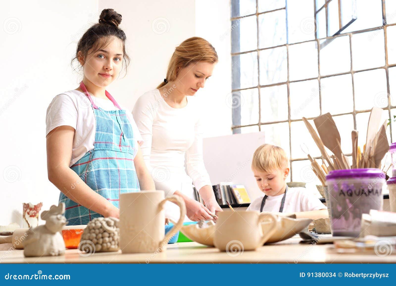 A animação classifica para crianças, cerâmica e argila