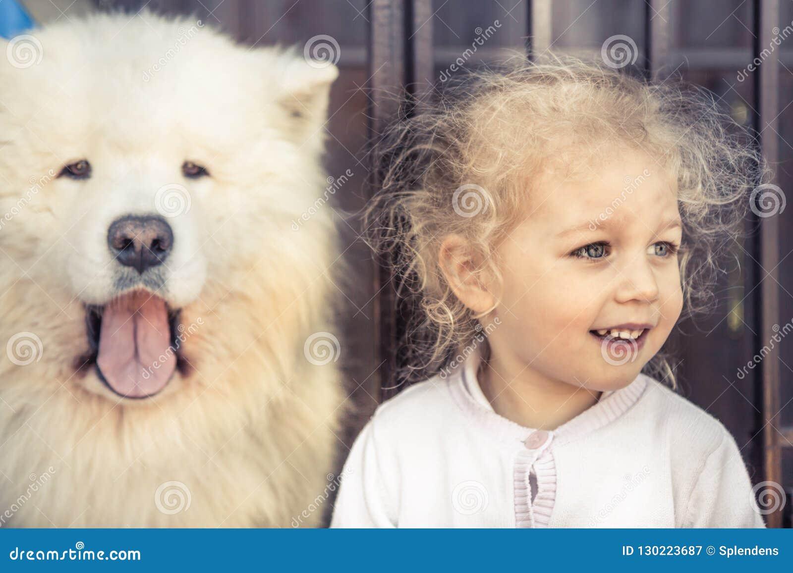Animal domestique de portrait de chien d enfant et amitié semblable de garde d animal domestique de concept de propriétaire d enf