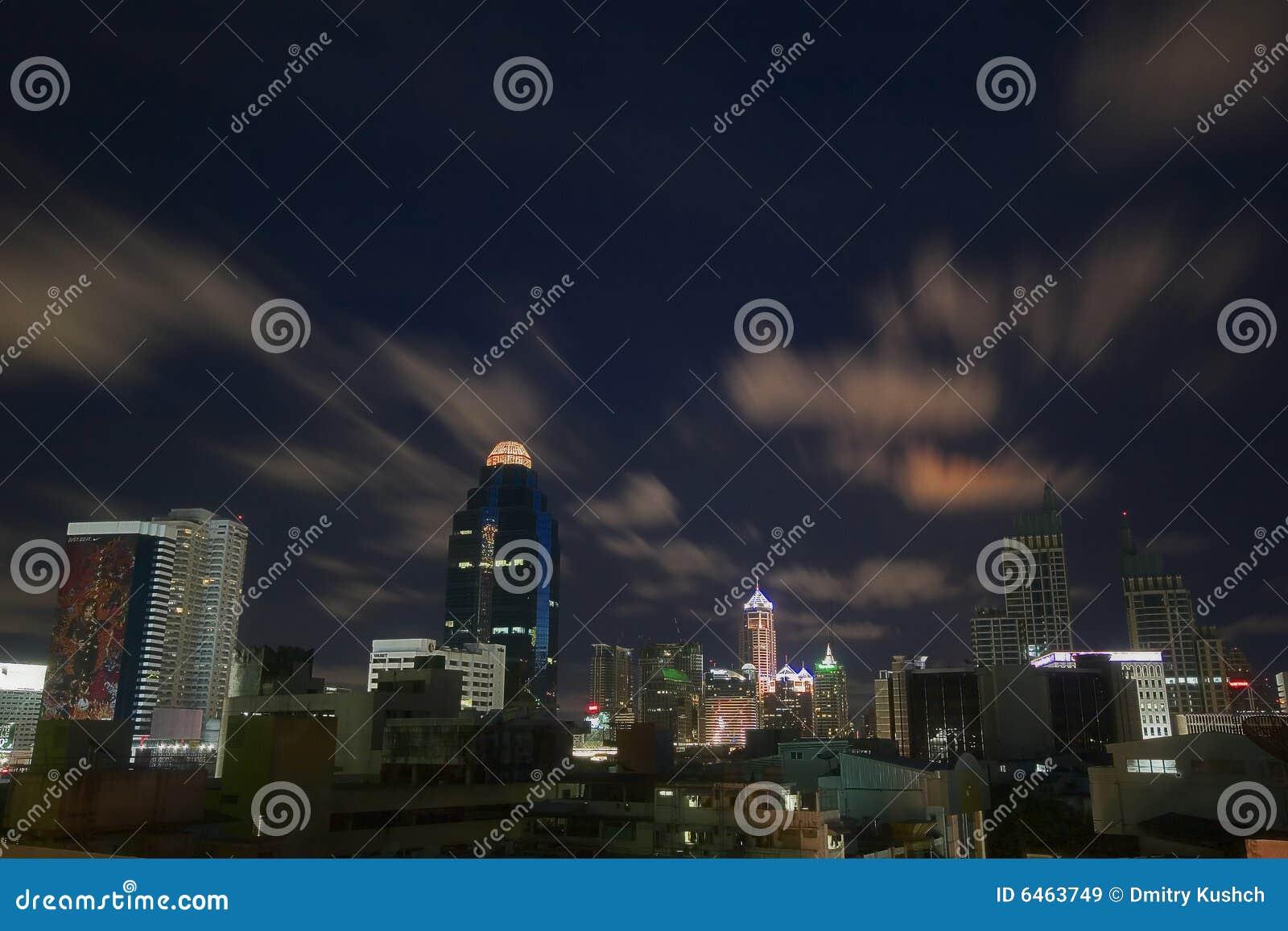 Anioł miasta w nocy