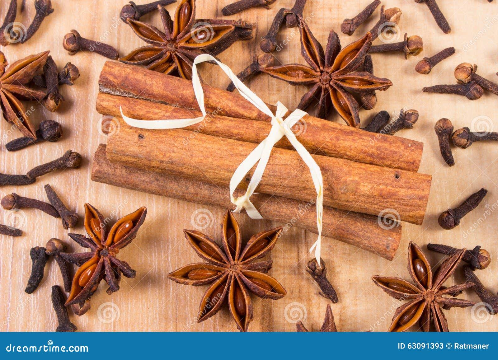 Download Anis D'étoile, Bâtons De Cannelle Et Clous De Girofle Sur La Table En Bois, Assaisonnant Pour La Cuisson Image stock - Image du culinaire, foodstuff: 63091393
