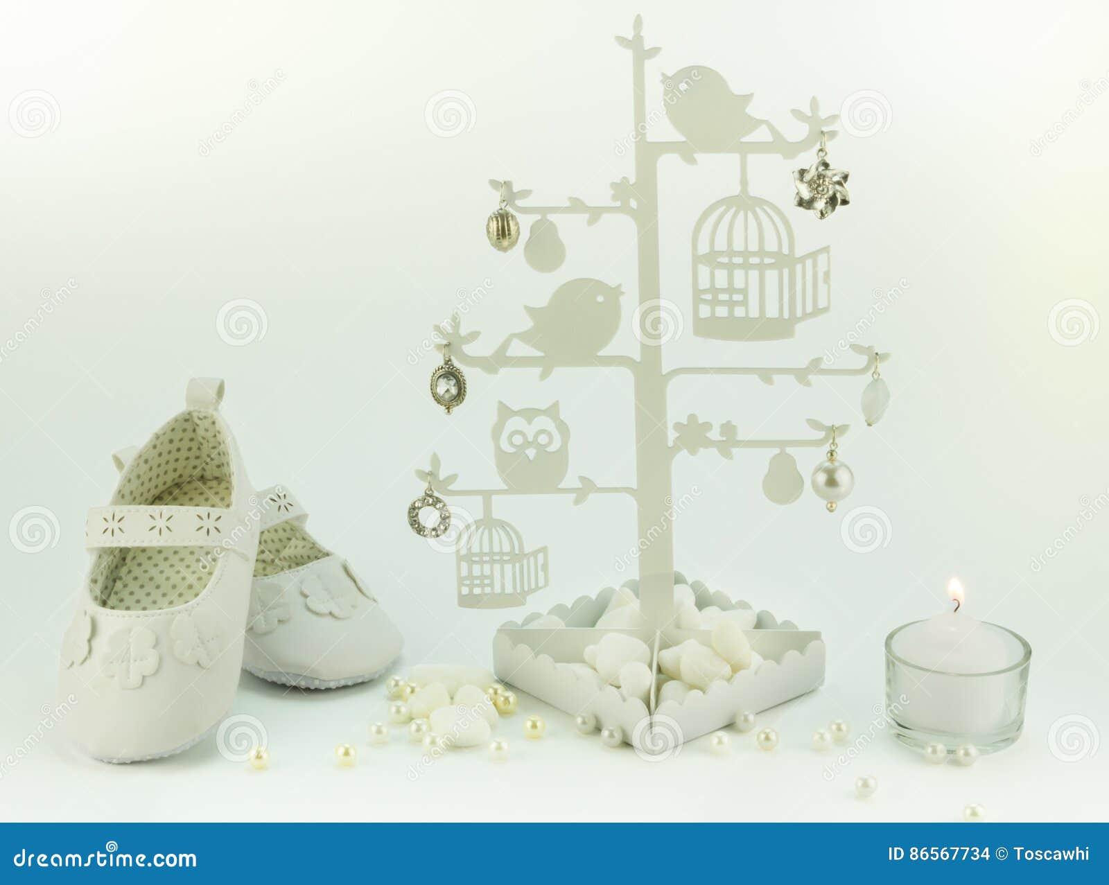 Aniversário Do Convite Do Bebê Ou Fundo Branco Do Batismo Foto De